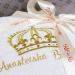 Вышивка имени и короны золотыми нитками на белом махровом халате