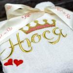 Корона, сердечки и имя вышитые на детском белом махровом халате
