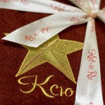 Вышивка золотой звезды и имени на махровом халате бордового цвета