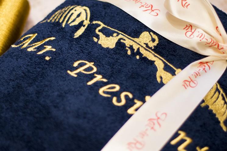 Вышивка с изображением культуриста на махровом синем халате