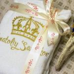 Вышивка имени и короны на белом махровом халате