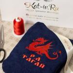 Темно-синий махровый халат с вышитым красным драконом и именем