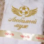 Вышивка на белом халате: крылья с мечом и надпись любимый муж