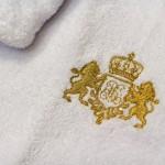 Золотой герб со львами и именным вензелем, вышитый на груди халата