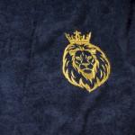 Вышивка на груди халата, изображение льва в короне
