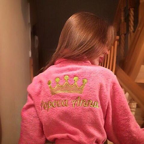 Анна Попова - розовый халат с именной вышивкой золотой нитью